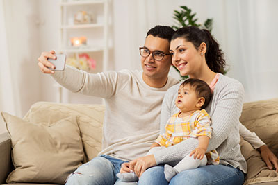 Parents take pictures with their children- apps for baby pictures