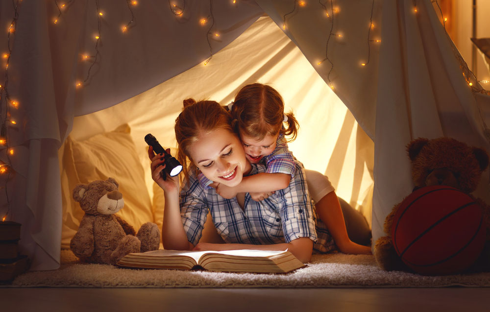 Mom uses Kids Flashlight to tell stories to the kids